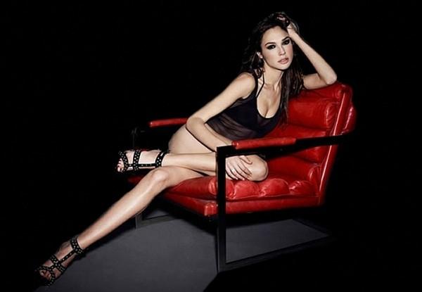 gal-gadot-red-chair